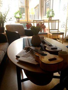 スウェーデンの病院にてウクレレを弾く