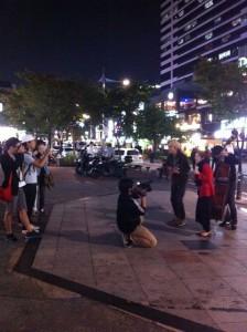 韓国の路上でウクレレライブ(ハチ&エリ)