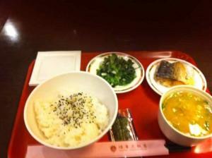 ホテルの朝食 和食 菜っ葉の炒めと揚げたさばが 台湾アレンジ